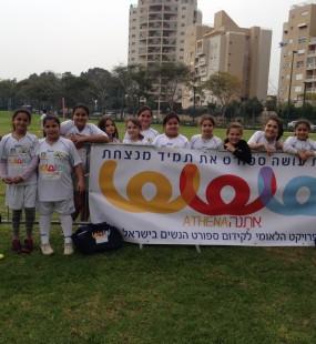 """הפנינג לכבוד חופשת חנוכה נערך בספורטק קריית השרון בנתניה. ההפנינג הפגיש בין כל הילדות שמשחקות כדורגל בעיר נתניה , כ-20 ילדות מתוך הפרויקט של """"אתנה"""" בשיתוף עיריית נתניה. במהלכו קיבלו סט ביגוד + גרביים ותיק מהפרוייקט, ועוד 18 ילדות שהשתתפו בהפנינג מהחוג של מועדון הכדורגל בנות נתניה. את ההפנינג הפעילו שחקניות הקבוצה הבוגרת של בנות נתניה שבין היתר הפעילו את התחנות, תחרויות, משחקים ובסוף כל ילדה קיבלה סופגנייה."""